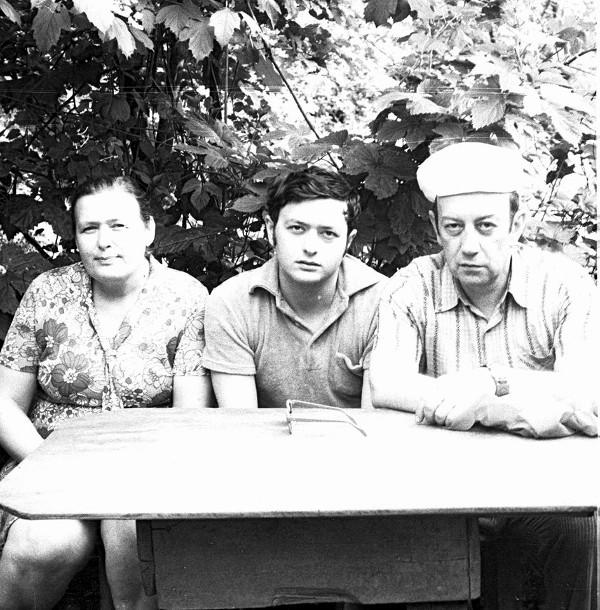 Семья Цыпкиных перед отъездом сына Михаила (в центре). 1977