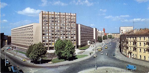 Площадь Мясникова. Железнодорожная церковь стояла как раз перед входом в Министерство финансов (здание в центре)