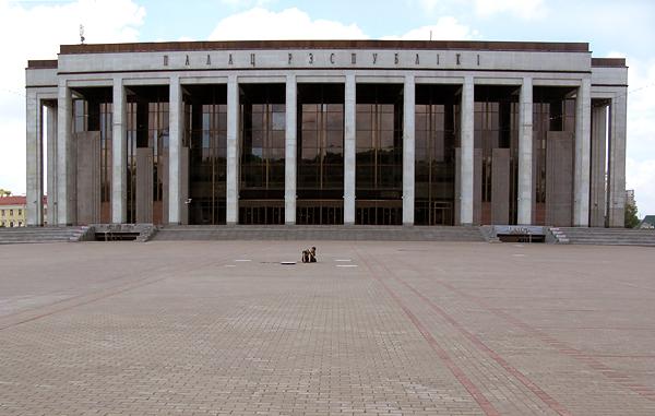 Дворец Республики развалил не только Центральную площадь, но и весь центр города.