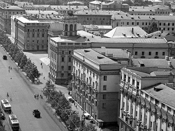 Редкий снимок: крыша американки выглядывает из-за здания КГБ