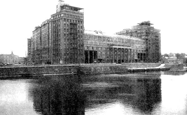 Главный жилой дом СССР - Дом на набережной. Его еще называли Домом правительства и Первым Домом Советов.