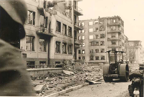 После войны Дом специалистов, как и многие другие минские здания, не стали восстанавливать - просто снесли