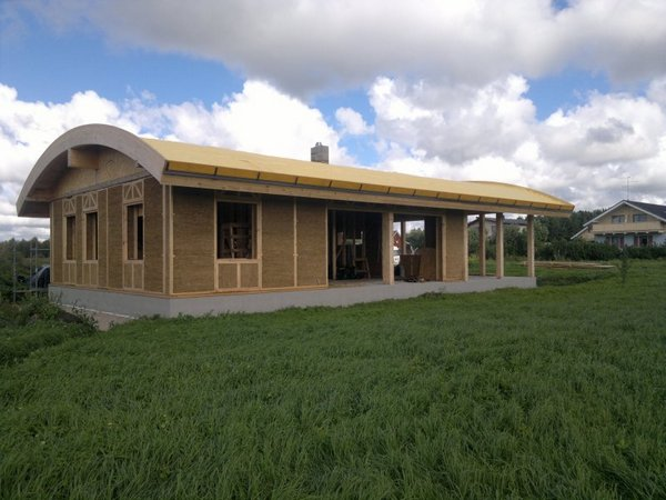 Строительство соломенного дома близко к завершению