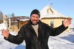 Евгений Широков на форе своего соломенного дома