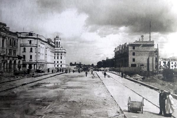 Справа на снимке строится дом «под часами». 1948 год