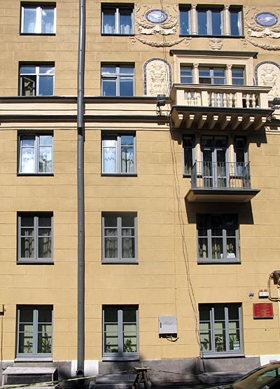 Фрунзе, 3. Здесь, на первом этаже, когда-то жил Наум Кислик