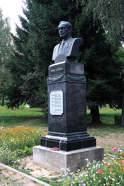 Памятник Купале в Вязынке. Старый постамент на новом месте