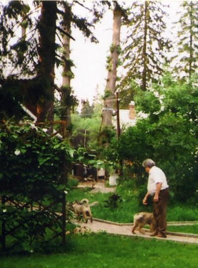 В.А. Замков напрогулке возле своего дома. Фото В.Копытько, 1980-е годы