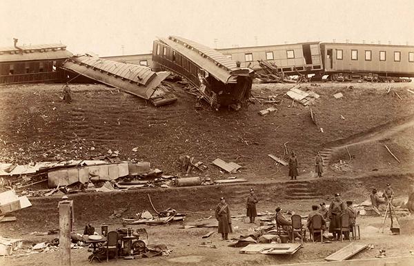 На станции Борки после крушения царского поезда.