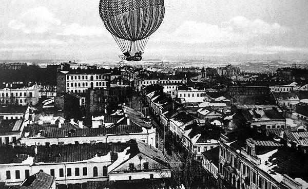 Летим над улицей Петропавловской в сторону Захарьевской!