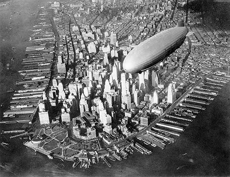 «Гинденбург» над Нью-Йорком. Совсем скоро дирижабль исчезнет в языках пламени