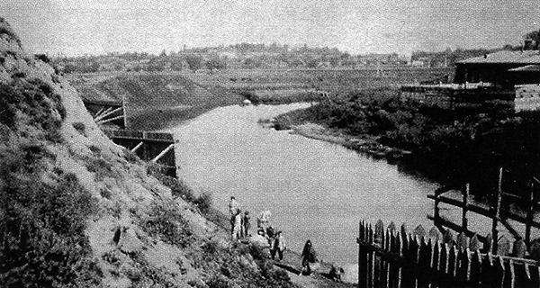 Вид на Свислочь и Татарские огороды с Замковой горы. Фотография конца XIX века