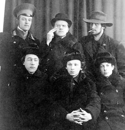 Футуристы. Владимир и Давид Бурлюки, Маяковский, Хлебников (слева, в нижнем ряду)