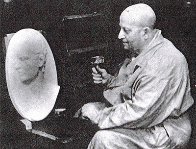 Давид Спришен за работой над барельефом скульптора М.И.Козловского