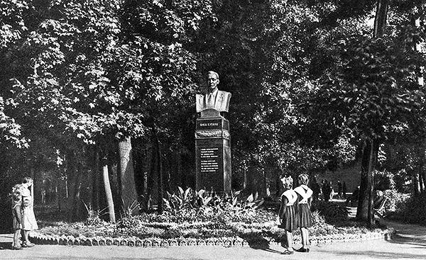 Азгуровский памятник на царском постаменте при входе в Центральный (Александровский) сквер