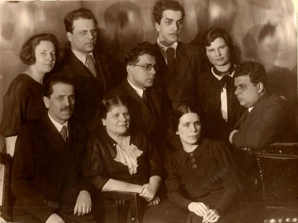 Семья Гинзбургов: отец Иосиф Файвелевич, мать Хая Лазаревна, сыновья Лазарь (первый слева), Файвель, Шевель, Давид, дочь Соня и, вероятно, жены братьев